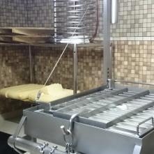 Tandis que le petit lait fait son chemin d'un côté, le caillé transformé en tome servira d'ingrédient principal à la truffade ou à l'aligot. Mais la plus grande partie de la tome sera ensuite salée et de nouveau redécoupée en granulés.