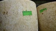 Bien qu'ils ne soient pas marqués au fer rouge, les fromages ont une petite carte d'identité, mentionnant leur date de confection.