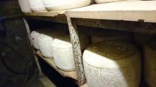 Il faut savoir que l'affinage des fromages est méticuleux et doit être effectué dans une cave dont l'hygrométrie est de 95 % au minimum et la température comprise entre 6°C minimum et 12°C maximum.