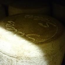 Les fromages sont régulièrement frottés ou brossés et retournés pour obtenir une croûte régulière.