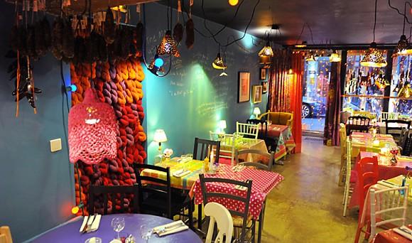 Intérieur du restaurant Chez Mémé décoré à la bonne franquette