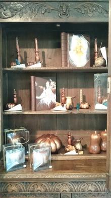 Situé également à l'entrée de la boutique, bien mis en valeur, ce vaisselier constitue une véritable caverne d'Ali Baba regorgeant de trésors brillants, délicieux, odorifères et gourmands.