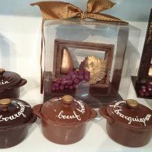 Cocottes au contenu différent. Poires et raisins encadrés, tels une oeuvre d'art.