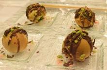 Vous avez une idée de ce que c'est ? Oui mais non, ce sont des Takoyaki choc chocolat.