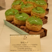 Le Sicile, un croustillant sablé à la noisette ; choux à la crème de pistache, garni d'une crème Gianduja.