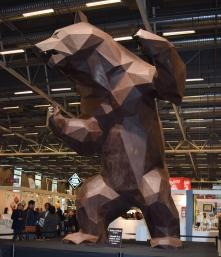 """Grand thème du Salon du chocolat 2015 """"Inspiration de la Nature"""". Sculpture en chocolat Lenôtre d'un grizzly...des tonnes de chocolat, le travail a dû prendre des semaines pour être achevé."""