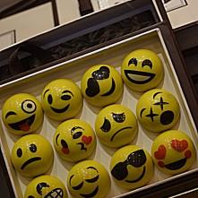 Smack ! KO, Lol, fou d'amour, triste... Exprimez-vous avec un smiley en chocolat créé par la maison Chapon. Ces facettes sont réalisées à partir de praliné amandes noisettes.