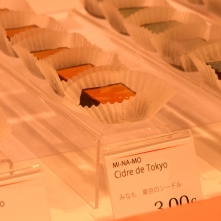 Les chocolats signatures de Tokyo Chocolate : chocolat + alcool japonais (cidre de Tokyo ou saké) + figue, cassis, yuzu (agrume ou citron japonais)...