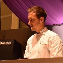 Grégory Quéré se débrouille très bien dans son rôle de chef et d'animateur. Pendant sa démonstration, les petites mains affutées des apprentis de l'école Ferrandi, confectionnent quelques centaines de mini-préparations pour le public... Miam !
