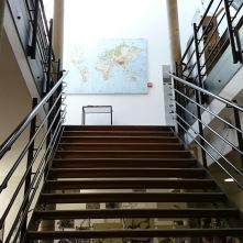 Escaliers déservant le laboratoire où sont préparés ganaches, truffes, mendiants, bonbons en chocolat et les oeuvres d'art cacaotées. Le laboratoire est ouvert toute la journée au public. Vous pouvez observer et poser toutes les questions qui vous brûlent les lèvres aux chocolatiers.