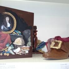 L'univers du Roi Soleil Louis XIV reconstitué et immortalisé sur ce livre en chocolat noir. Soulier du roi que l'on pourrait presque porter.