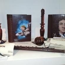 Livres, partitions de musique, citrouilles, bougeoir et flûte traversière à croquer.