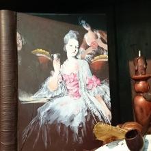 Magnifique Marie-Antoinette peinte sur ce livre en chocolat noir. Ce sont tous de vrais artistes à la chocolaterie Colas !
