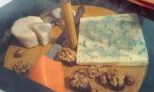 Plateau de fromages... en chocolat, mais accompagné de vraies noix. La ressemblance est véritablement troublante.
