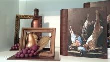 Nature morte encadrée et livre de chasses...toujours à manger ! Bien que le coup de pinceau soit précis, la peinture du livre est totalement comestible. Ce sont des pigments naturels.