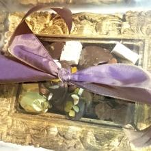 Boîtes de chocolat cadre remplie de mendiants, truffes, ganaches, rochers, muscadines et autres bonbons doucement cacaotés (compris entre 42 et 72% de cacao).