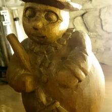 """A l'extérieur de la boutique se trouve un bonhomme de """"chocolat"""" disposé proche d'un distributeur de chocolat chaud mis à la disposition des visiteurs."""