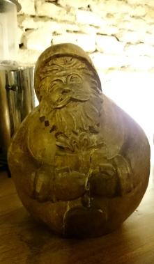 Pour parfaire l'ambiance hivernale, un Père Noël sculpté avec un embonpoint évident vous attend les bras chargés de cadeaux.