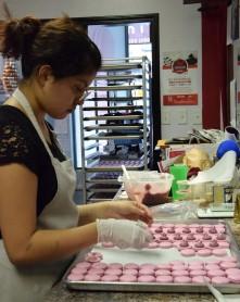 Aby, apprentie pâtissière canadienne en pleine confection de macarons